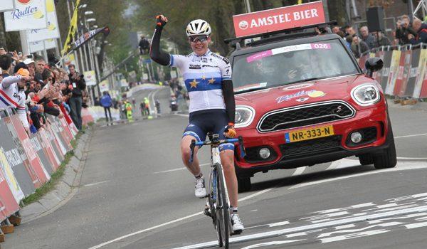 Anna van der Breggen soleert naar winst in Amstel Gold Race