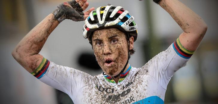 Sanne Cant klopt Loes Sels in regenachtige Jaarmarktcross