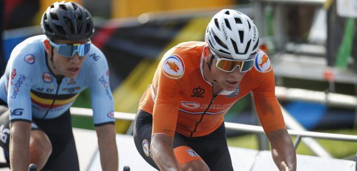 Bijna raak: Mathieu van der Poel gooit bidon bijna in container op WK
